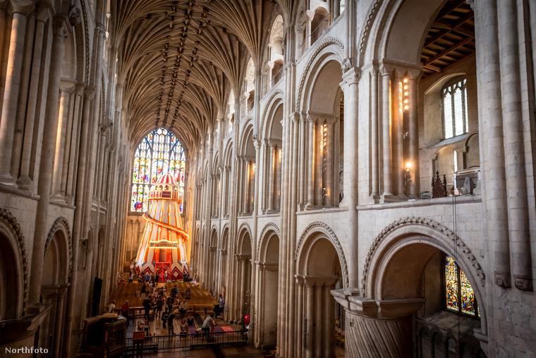 A csúszdával felszerelt tornyot a templom 16 méter magas főhajójának végén helyezték el, azért, hogy felmászva rá a turisták jobban láthassák a székesegyház impozáns belső terét és mennyezetét