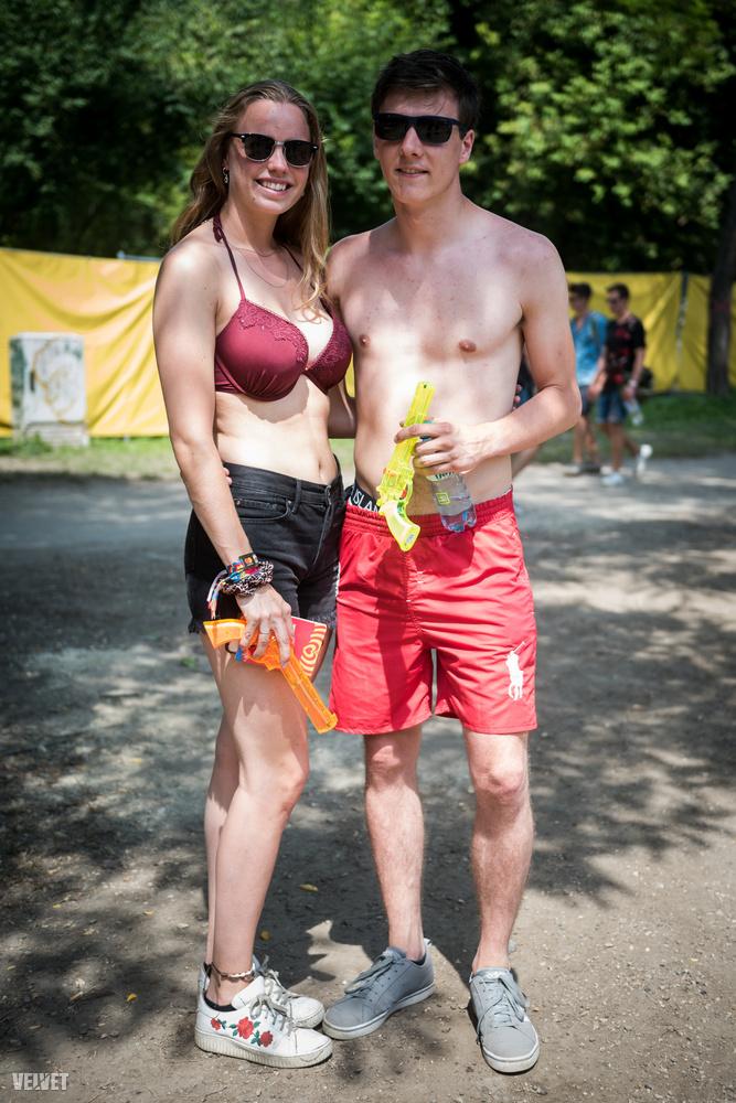 Ők valamennyire össze is öltöztek, fürdőruhában vízipisztolyoztak egyet.