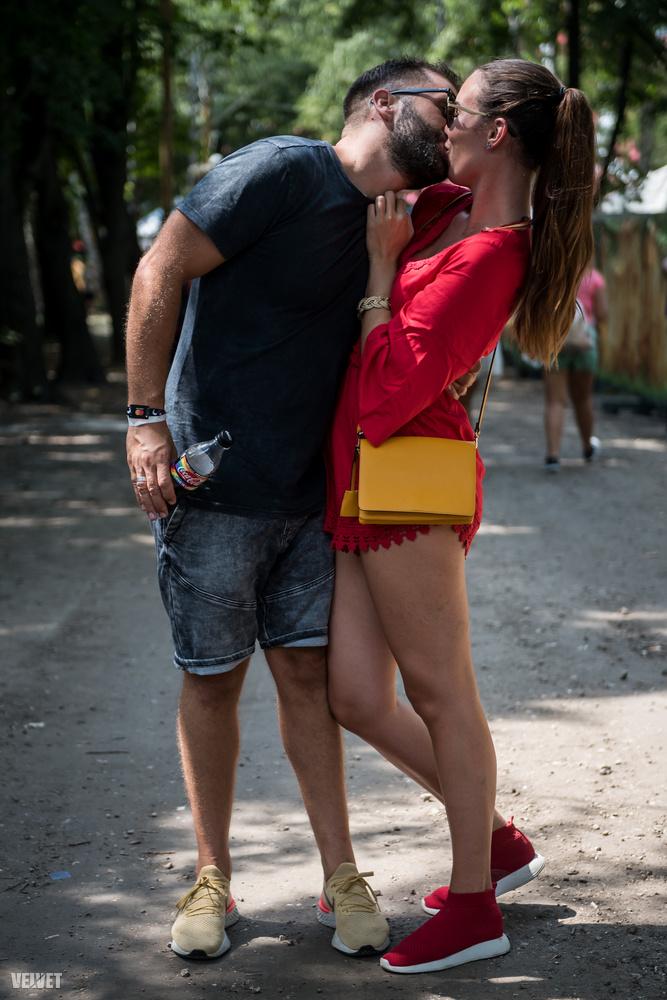 Ők például egy magyar pár voltak, és a srácnak a kezében pont volt a #LoveIsLove kampánnyal díszített kólásüveg.