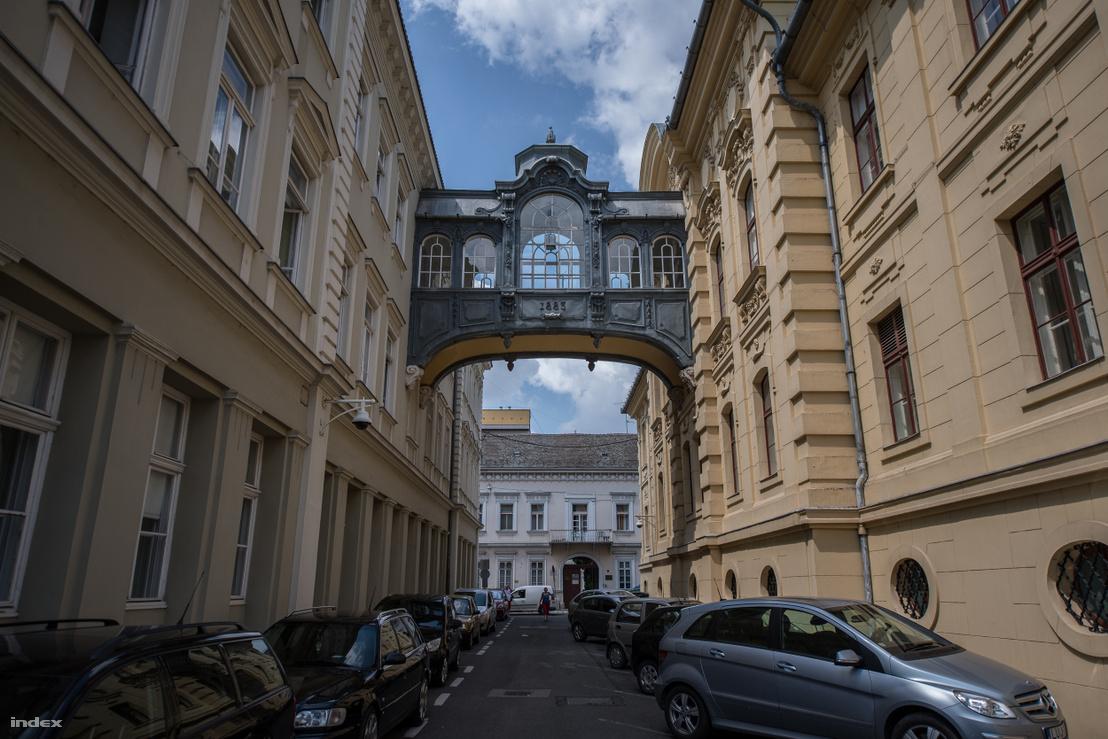 A Sóhajok hídja Szegeden. Jobbra a városháza, balra a Bérpalota épülete