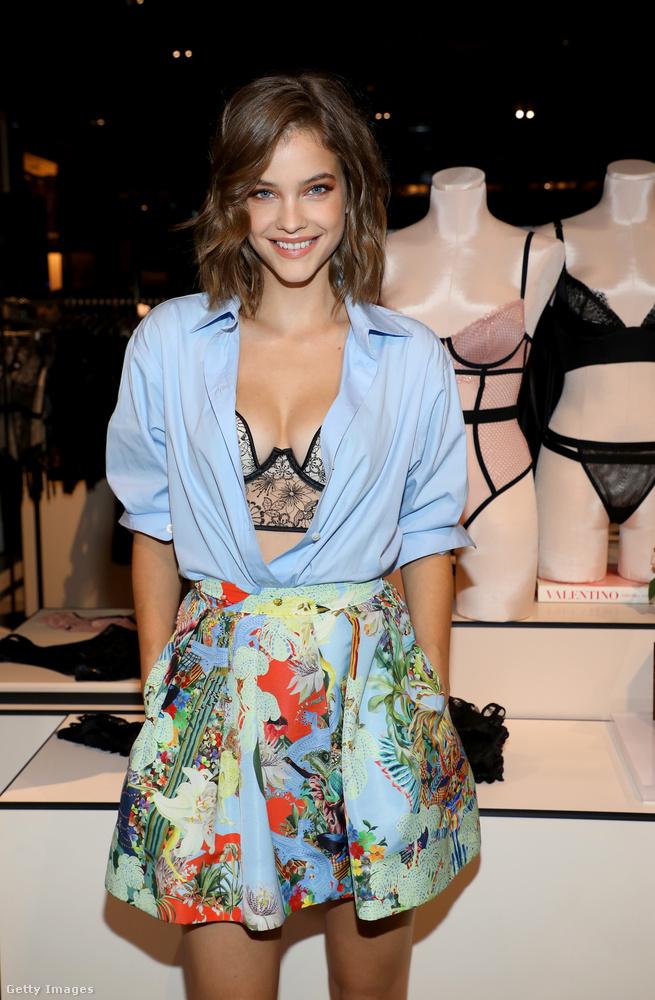 A 25 éves magyar modell azért teljesen mégsem vetkőzhetett fehérneműre egy ilyen eseményen, de azért ebből az ing-szoknya szettből rendesen látszik a lényeg