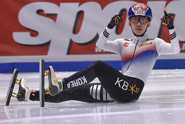 A győztes dél-koreai Lim Hjo Dzsun az 1000 méteres táv döntőjében a rövidpályás gyorskorcsolyázók olimpia kvalifikációs világkupa-sorozatának első állomásán a budapesti BOK Csarnokban 2017. október 1-jén.