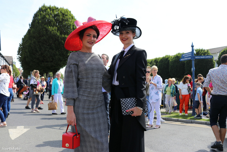 Ahogy az ascoti derbin, itt is hatalmas, díszes fejfedők jelentik a hölgyek öltözékének fő attrakcióját