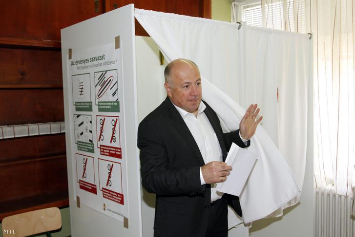 Kriza Ákos, a Fidesz-KDNP újrainduló polgármestere kilép a szavazófülkéből Miskolcon, a Hunyadi Mátyás Általános Iskolában kialakított 111. számú szavazókörben az önkormányzati választáson 2014. október 12-én.