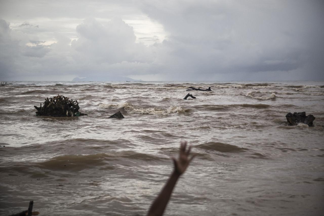 Fák maradványai kandikálnak ki a vízből a Salamon-szigetek fővárosának, Honiara közelében. Nagyon sokan menekültek ide a Ontong Java (más nevén) Lord Howe atollról, és aki még nem költözött el, annak sincs már nagyon maradása a rossz életkörülmények miatt. Ráadásul az élet a fővárosban is egyre nehezebb, a klímaváltozás itt is érezteti a hatását és a népsűrűség is folyamatosan nő.