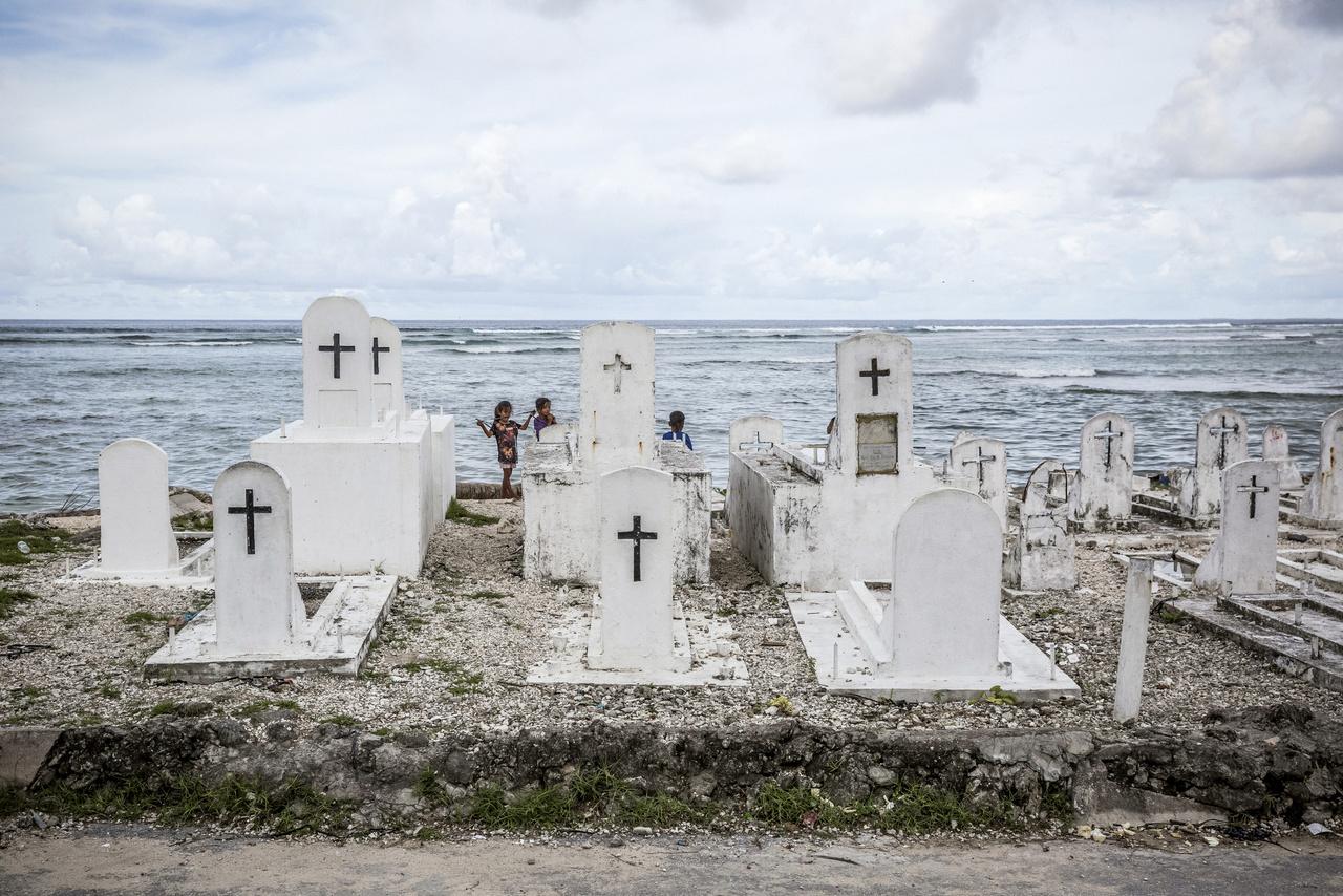 """Veszélyben vannak azok a temetők is, amik a part közelében fekszenek, 2014-ben 26 világháborús japán katona maradványait mosta ki a tenger. """"Még halálunkban sincs nyugtunk"""" - fogalmazott a Marshall-szigetek klímaváltozással foglalkozó egyik szakembere. Vlad Sokhin szerint a pusztuló temetők az egyik legjobb bizonyítékai annak, hogy a víz egyre nagyobb területeket foglal el, hiszen  nem valószínű, hogy évtizedek vagy évszázadokkal ezelőtt az emberek ilyen közel temetkeztek volna az óceánhoz veszélyeztetve azt, hogy az kimossa szeretteik maradványait."""