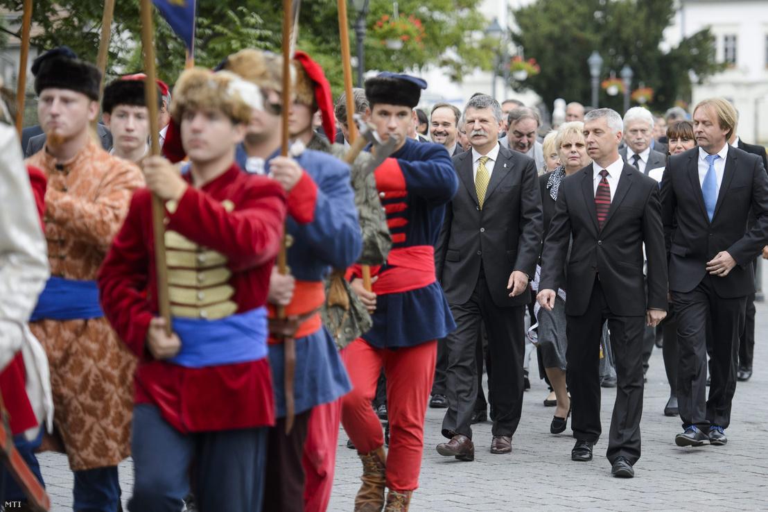 Kövér László az Országgyűlés elnöke (elöl j3) és Stayer László (Fidesz-KDNP) polgármester (j2) és Varga Béla (j) a Nógrád megyei önkormányzat és Szécsény önkormányzatának ünnepi közgyűlése előtt Szécsényben 2015. szeptember 11-én.