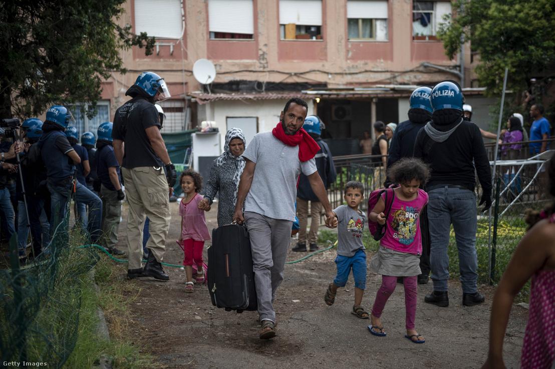 A rendőrök kilakoltatják az illegális bevándorlókat egy foglalt házból Rómában 2019. július 5-én.