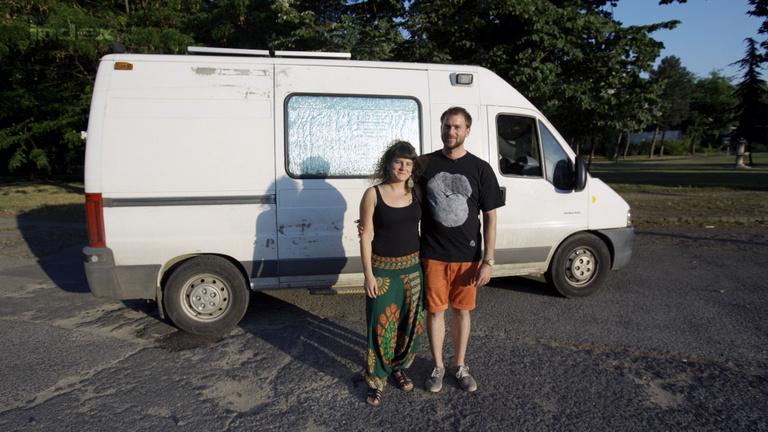 Besokalltak, ezért beutazták Európát egy mentőautóval
