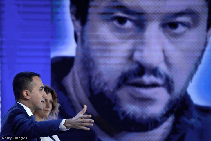 Luigi di Maio beszél egy tévéműsorban 2019. május 23-án. Giuseppe Conte miniszterelnök kormánya tavaly júniusban alakult a populista elitellenes Öt Csillag Mozgalom (M5S) és a szélsőjobboldali Liga koalíciójaként. A két miniszterelnök-helyettesi posztot a Liga elnökeként Salvini, valamint az M5S vezetőjeként Luigi di Maio kapta.