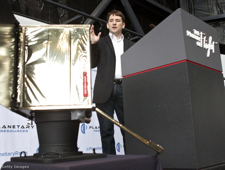 A Planetary Resources igazgatója mutatja be a cég egyik műholdját 2012-ben.