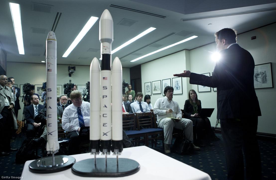 Elon Musk a SpaceX Falcon Heavy nevű rakétájának bemutatóján 2011-ben