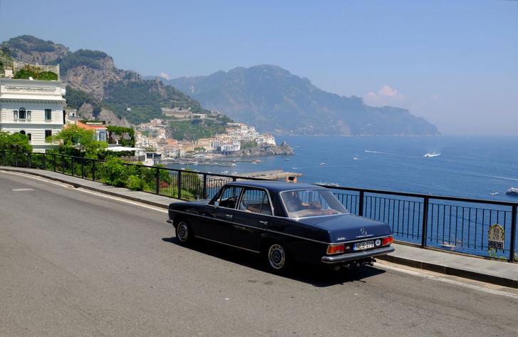 Ott lenn az az Amalfi-partvonal, emez meg itt egy part menti szerpentin rövid, egyenes része