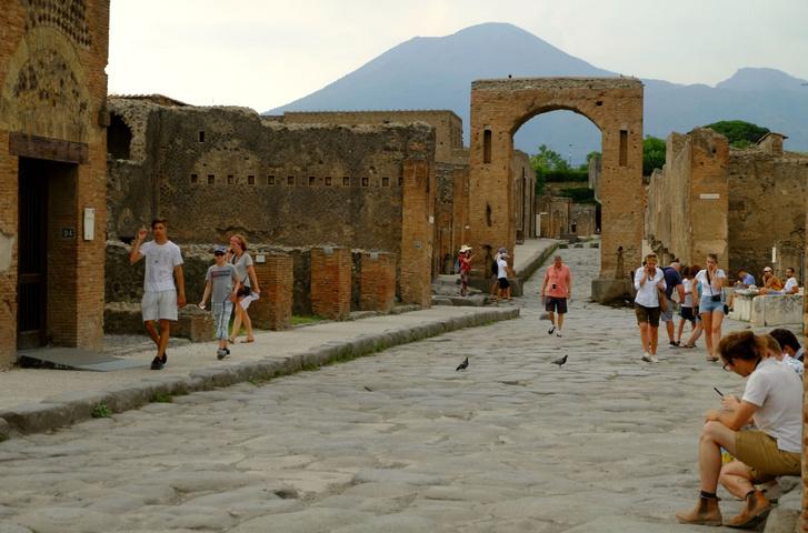 Pompeji, háttérben a Vezúvval, ami elpusztította