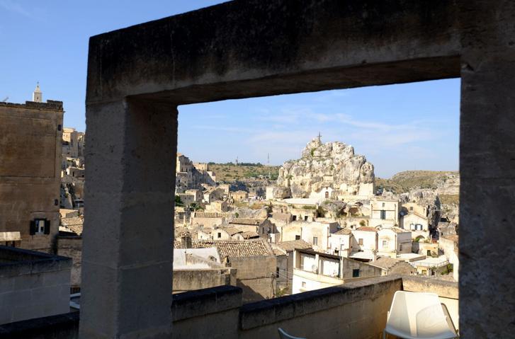 A megmunkálatlan szikla Matera tetején, amiben barlangtemplom van