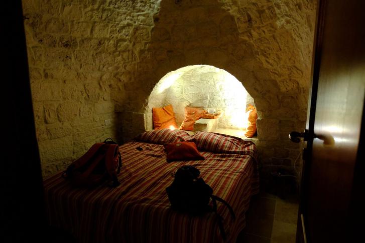 Ez volt a gyerekek szobája a trulliban - eredetileg a félkör alakú bevágásban volt az etető a birkáknak. Vagy juhoknak, tudom is én