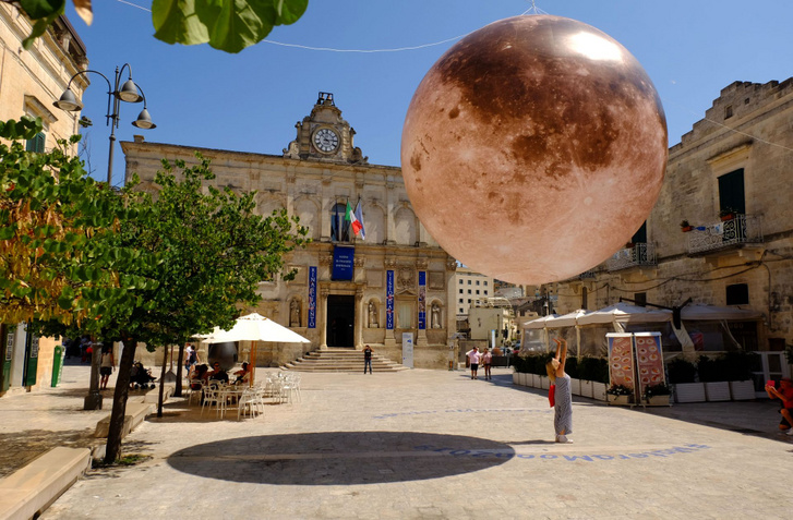 Matera egyik fontosabb tere, lebegő rézgömbbel