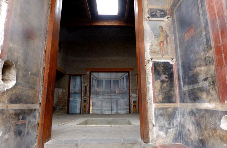 Nem rossz a szoba, de mennyire feláll már a csávónak ott jobbra! A pompeji kultúra egyik vaskos oszlopa (lol) a pénisz-fétis