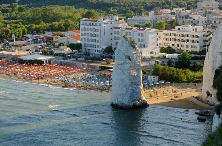Fallosz-szikla a vieste-i strandon