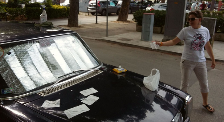 Porto Garibaldiban reggelre telibe szarták Nessyt a galambok, de rettenetesen durván. Egy negyed körömnyi helyen le is jött a festék a géptetőről, hogy rohadjanak meg