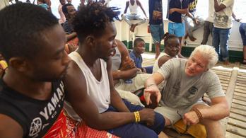 Richard Gere menekülteknek vitt élelmet a nyaralása alatt