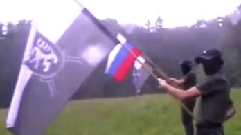 Álarcos, egyenruhás férfiak csoportja sunyulva masírozgat a szlovén-horvát határ közelében
