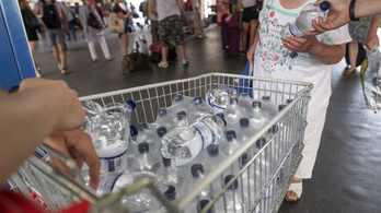 Vizet oszt a MÁV a nagyobb pályaudvarokon a hőség miatt