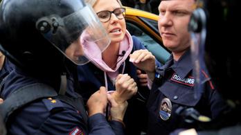 Élőben közvetítette az orosz ellenzéki politikus, amint rohamrendőrök törnek be a lakásába
