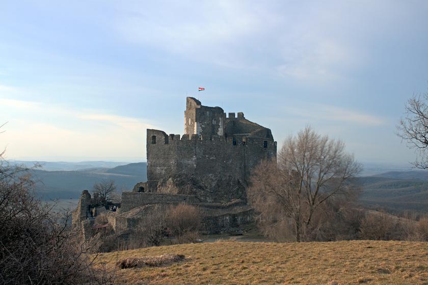 A hollókői vár a Cserhát gyöngyszeme, amely a világörökségi Hollókő szomszédságában áll délcegen egy sziklán.