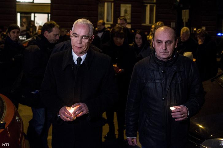 Balog Zoltán az emberi erőforrások minisztere (b) és Tóth Gábor az iskola igazgatója mécsest gyújt az előző este történt buszbaleset áldozatainak emlékére a VI. kerületi Szinyei Merse Pál Gimnázium előtt 2017. január 21-én.