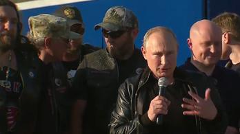 Putyin erőszakos motorosokat ajánlott a fiataloknak példaképnek, majd motorozott velük egyet