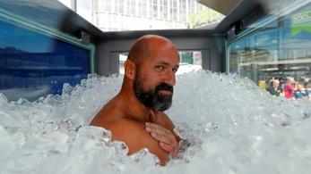 Rekord: két óra nyolc percet bírt ki a jéggel teli üvegkabinban