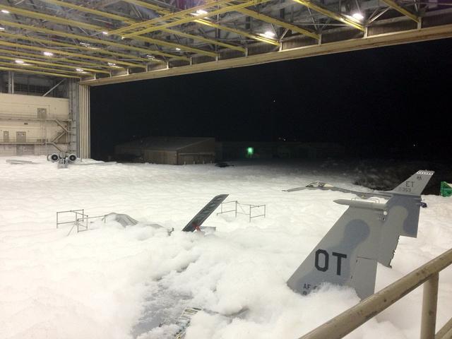 Egy A-10 csatarepülőgép (baloldalt a hangár túlsó oldalánál), egy F-15-ös vadászgép (az előtérben, nyitott féklappal, OT jelzéssel) és egy F-16-os vadászgép (jobbra szélen, függőleges vezérsíkján ET jelzés)