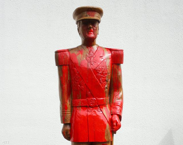 Horthy Miklós május 13-án felavatott fából faragott szobra jelenleg egy műhely udvarán áll a Somogy megyei Kerekiben.