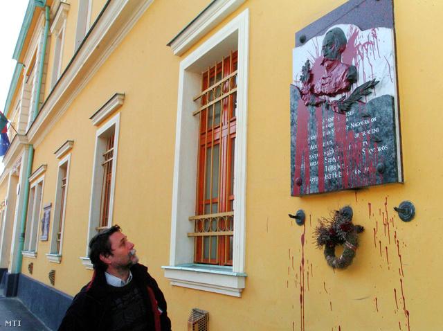 Debrecen 2005. március 15.                         Egy férfi nézi Nagysándor József tábornok debreceni Péterfia utcai emléktábláját amelyet  vörös festékkel öntöttek le. Március 15-re virradóan ismeretlen tettesek horogkereszteket festettek a debreceni Petőfi-szobor talapzatára a Kálvin téri Kölcsey-szoborra a Bem téri Országzászló talapzatára és festékkel öntötték le Nagysándor József 1848-49-es honvédtábornok emléktábláját a hadkiegészítő-parancsnokság falán. A Debreceni Városi Rendőrkapitányság önkényuralmi jelkép közszemlére tétele illetve rongálás miatt indított nyomozást az ügyben.