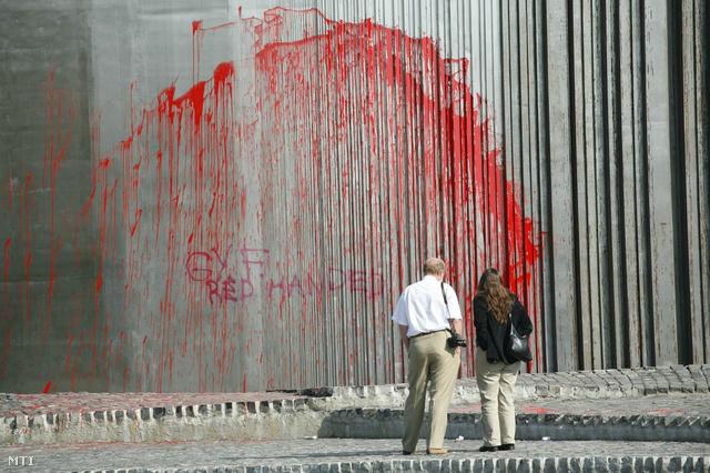 Budapest 2007. szeptember 17.                         Ismeretlenek vörös festékkel leöntötték a budapesti '56-osok terén álló emlékművet. A Városliget szélén található az 1956-os magyar forradalomnak és szabadságharcnak emléket állító műre mintegy három méter magasságban a Gy. F. red handed szöveget írták.