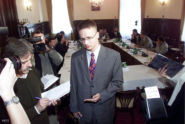 Budapest 2002. június 3.                         Formai hiányosságok miatt nem hitelesítette a Fidelitas népi  kezdeményezésének aláírásgyűjtő íveit az Országos Választási  Bizottság (OVB)  budapesti ülésén. A Fidelitas annak érdekében kíván népi kezdeményezést indítani hogy az Országgyűlés - elismerve a választások legitim  eredményét - törvényben rendelje el a szavazatok újraszámlálását. Az OVB különböző pártok által delegált tagjai egyetértettek abban hogy a Fidelitas által benyújtott ívekről hiányzik az aláírást gyűjtő személy nevének kihagyott hely így formailag nem  felel meg a törvényben előírt követelményeknek. Ficzere Lajos az OVB elnöke közölte: az aláírásgyűjtő ív korrigálása és beterjesztése után az OVB ismét napirendjére tűzi a  Fidelitas népi kezdeményezését