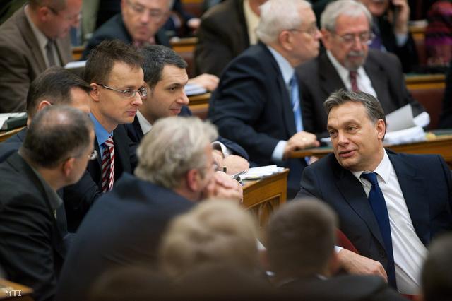 Orbán Viktor miniszterelnök (j) Lázár János a Fidesz frakcióvezetője (b4) Szijjártó Péter a kormányfő szóvivője (b3) Varga Mihály a Miniszterelnökség államtitkára (b2 takarásban) és Kósa Lajos a Fidesz frakcióvezető-helyettese (b) beszélget az Országgyűlés plenáris ülésén.