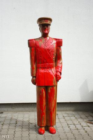 Horthy Miklós 2012. május 13-án felavatott fából faragott szobra egy műhely udvarán áll a Somogy megyei Kerekiben.