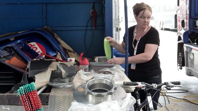 Féktárcsa, pótidomok és egy mosogató feleség. A kamionverseny ilyen családias sport