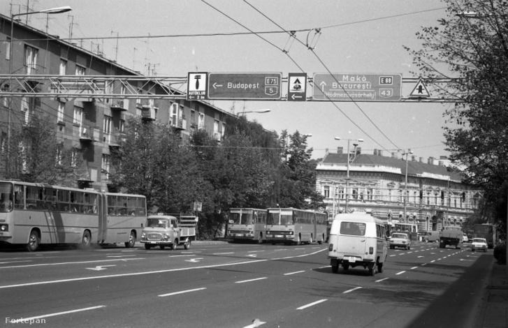 Balra Budapest, egyenesen Makó. (Párizsi körút a Mérey utca felől a Kossuth Lajos sugárút felé nézve, 1986.)