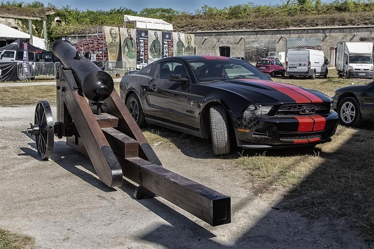 Az elmaradhatatlan Ford Mustang ágyúval – mindkettőnek hasonlóan mennydörgésszerű hangja és brutális ereje van, csak a fekete kicsit sportosabban mozog