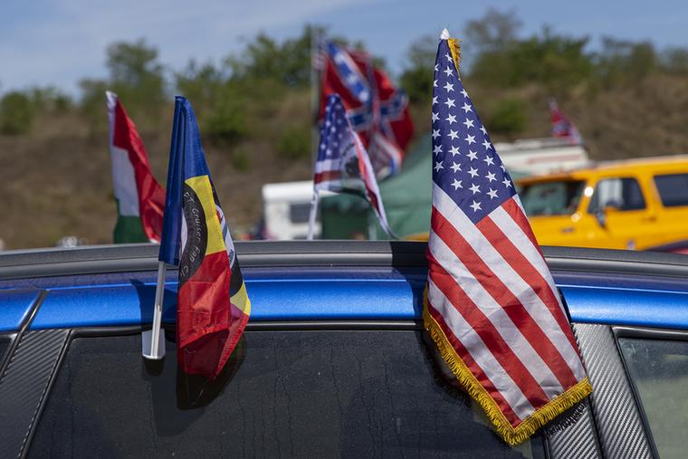 Csillagos-sávos Akinek még véletlenül nem volt, a kitelepült árusoktól könnyedén vásárolhatott magának akár zászlót, ruhát, rendszámtáblát, gyakorlatilag bármit, aminek köze van USA-hoz Mindezt igényes minőségben, nem a gagyi jellemző a kínálatra, ételek terén sem