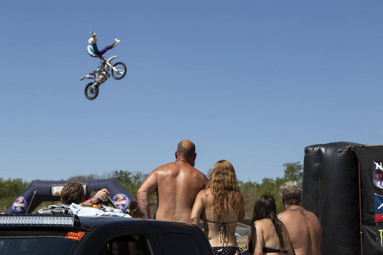Volt mit nézni a motocross pályán is, az ördögien ügyes és kellően elmebeteg freestyle-osokat mindenki tátott szájjal bámulta