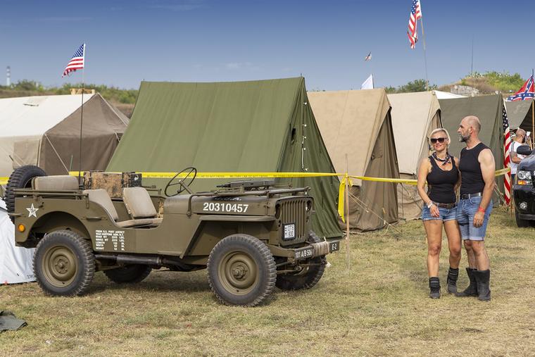 Idén ismét hihetetlenül igényes, autentikus katonai tábort építettek fel a különböző eredeti haditechnikai eszközöket és járműveket gyűjtők, ez a pár a Willy's Jepp mellett akár reklámplakátra is elmenne