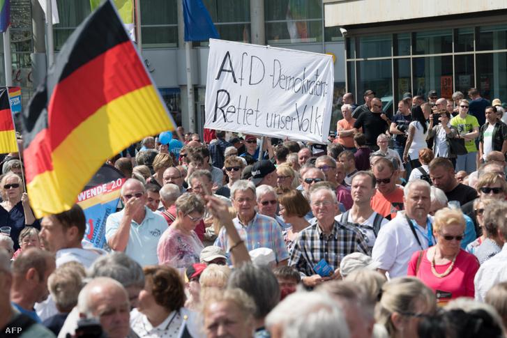 Emberek hallgatják az AfD regionális elnökének beszédét a választások előtt Brandenburgban 2019. július 13-án
