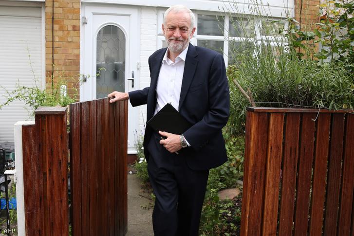 Jeremy Corbyn, a munkáspárt vezetője munkába indul észak-londoni otthonából, június 12-én