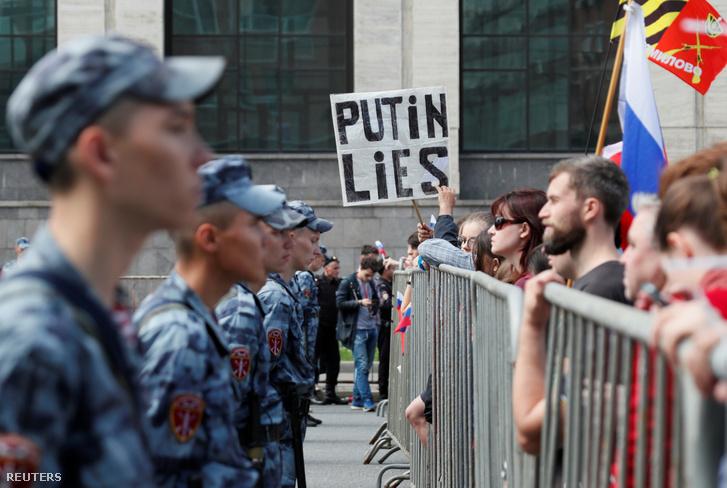 Farkasszemet néző gárdisták és ellenzéki tüntetők a július 20-i moszkvai demonstráción.