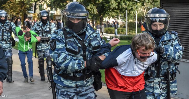 Az orosz nemzeti gárda tagjai egy előállított tüntetővel, augusztus 10-én, Moszkvában