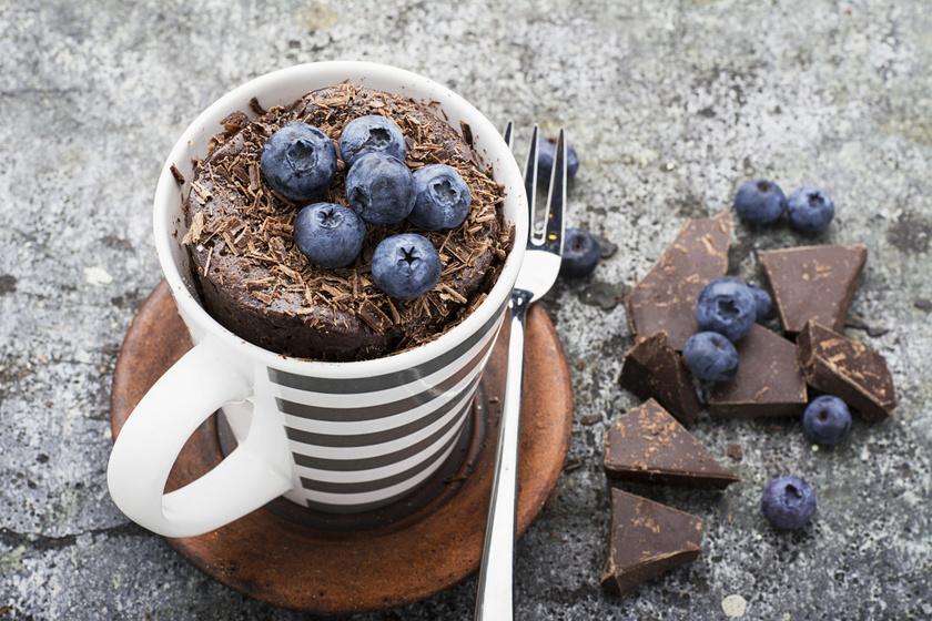 Egyadagos csokis-áfonyás süti a mikróból: 5 perc, és kész